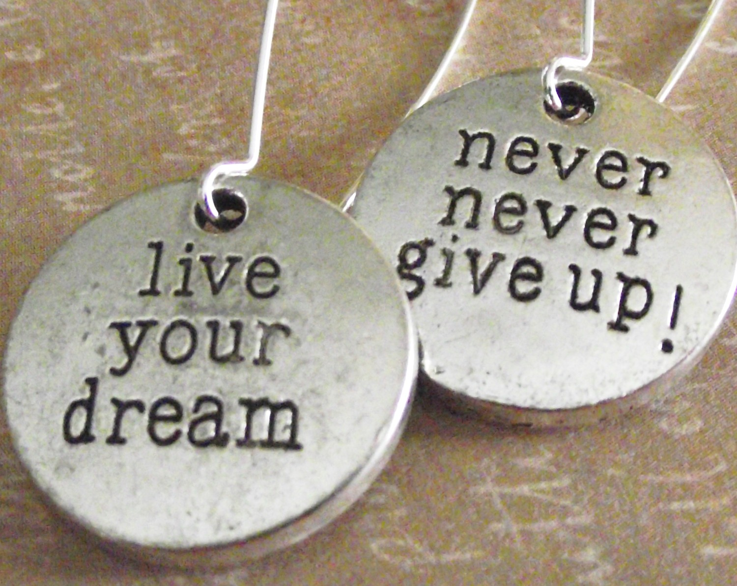 Never Give Up On Life Quotes Column Hr121 Live Your Dream Never Give Up  Dartoids World